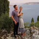 Dieser Date-Look von James Rothschild und Nicky Hilton ist perfekt aufeinander abgestimmt. Denn passend zu ihrem Blumendress mit lilafarbenen Elemententrägt James' ebenfalls Violett. Arm in Arm stehen sie an der schönen Küste Korfus und schauen sich den Sonnenuntergang an – wie romantisch!