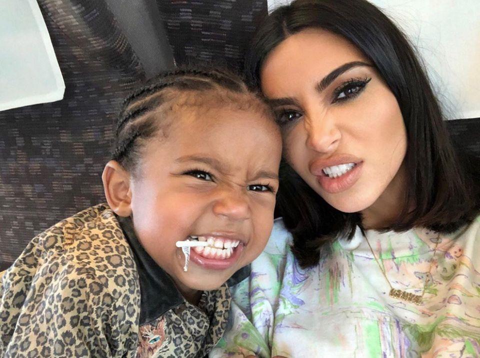 21. August 2019  Grrrrrrr! Kim Kardashian und ihr kleines Raubtier, Sohn Saint, zeigen Zähne.