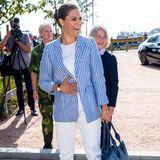 Victoria trägt einen blau-weiß gestreiften Blazer des Labels Lexington (ca. 349 Euro) in Kombination mit einem weißen Shirt und einer weißen Hose. Ihre Pumps - Modell Azelia der Marke Rizzo - sind ein echter Klassiker und wurden schon häufiger von Victoria getragen. Doch diese Schuhe sind nicht für jede Gelegenheit geeignet ...
