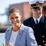 Für Prinzessin Victoria geht es auf hohe See: Die Kronzprinzessin besucht die Marine- und Wasserbehörde im Marine-Zentrum in Schweden. Ihren Look hat die stilbewusste Victoria natürlich entsprechend dem Anlass gewählt.