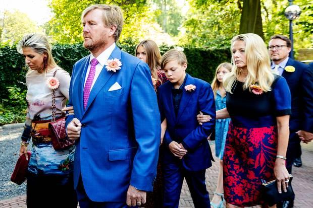 Königin Máxima, König Willem-Alexander, Gräfin Eloise, Graf Claus-Casimir, Gräfin Leonore, Prinzessin Mabel und Prinz Constantijn beim Trauermarschfür Prinzessin Christina.