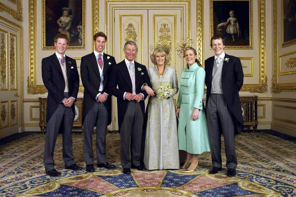 Das offizielle Hochzeitsfoto von Prinz Charles (3.v.l.) und Camilla (3. v.r.) zeigt sie mit Charles Kindern Prinz Harry (l.) und Prinz William (2.v.l.) sowie Camillas Kindern Laura (2.v.r.) und Tom (r.).