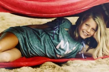 """Gwyneth Paltrow  Ein Sonnenschein war sie schon immer. Auf Instagram teilt sie diesen Schnappschuss aus Kindertagen und beschreibt sich selbst als """"summer girl""""."""