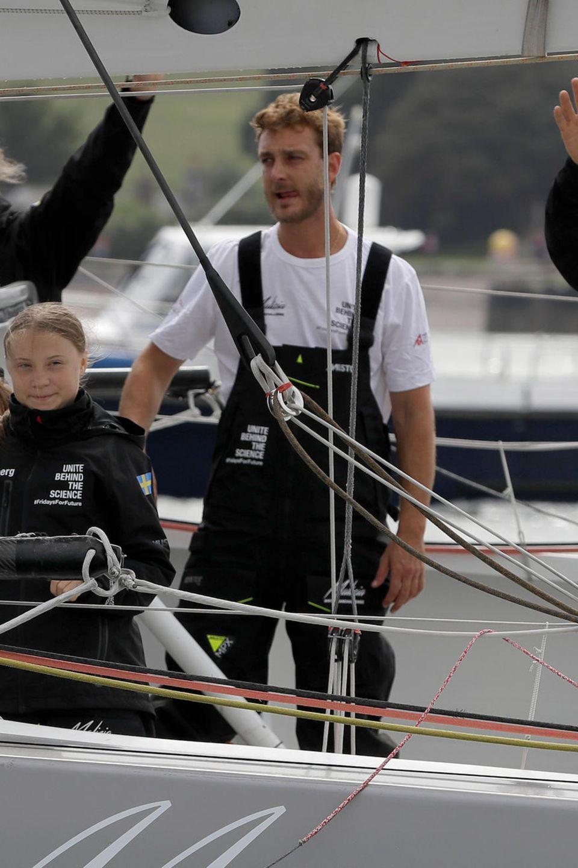 Die schwedische Klimaaktivistin Greta Thunberg (2.v.l.), ihr Vater Svante Thunberg (l.) und die Skipper Pierre Casiraghi (2.v.r.) und Boris Herrmann winken am 14. August 2019 an Bord der IMOCA-Klasse-Segelyacht Malizia II vor der Küste von Plymouth im Südwesten Englands. Greta bereitet sie sich auf ihre Reise über den Atlantik nach New York vor, wo sie nächsten Monat am UN-Klimagipfel teilnehmen wird.