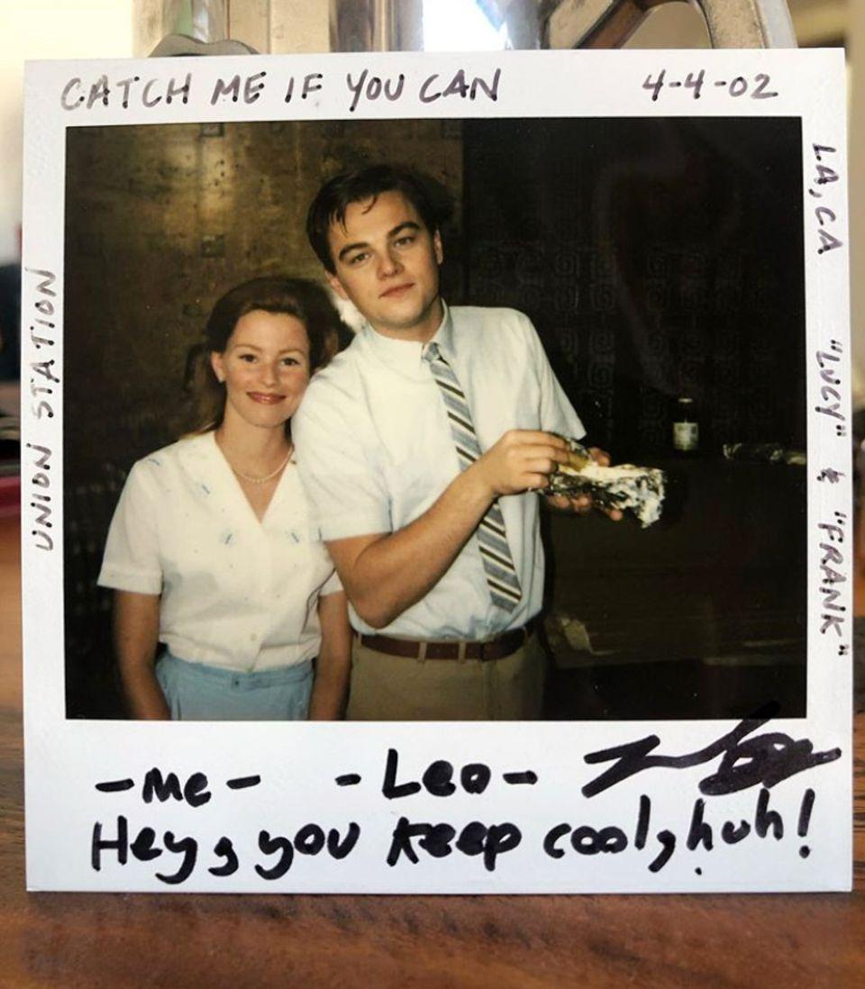 """23. August 2019  Cooler Retro-Schnappschuss: Elizabeth Banks postet diesesPolaroid auf Instagram, das sie zusammen mit Schauspielkollege Leonardo DiCaprio am Set der Dreharbeiten zu """"Catch Me If You Can"""" im Jahre 2002 zeigt."""
