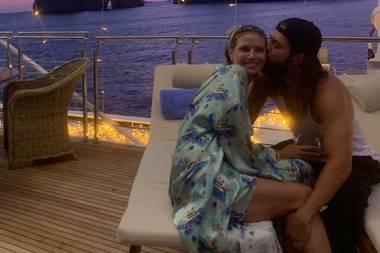 """""""Beam uns zurück nach Capri"""" schreibt Heidi Klum unter dieses wunderschöne Foto, das sie mit ihrem Neu-Ehemann Tom auf der Jacht, auf der sie ihre Hochzeit feierten, zeigt. So romantisch-kitschig das Foto an sich auch ist, das schönste Detail fällt erst beim genaueren Hinsehen auf ..."""