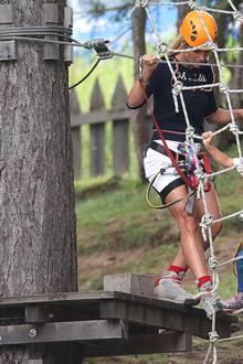 22. August 2019  Ganz vorsichtig wagt sich Celeste mit Mama Michelle auf die Seile. Zusammen mit ihrer Schwester Sole sind die beiden auf Klettertour im italienischen Colfosco unterwegs.