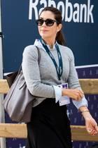 Bei den Dressur-Europameisterschaften in Rotterdam zeigt sich Prinzessin Mary gewohnt stilsicher. Sie trägt eine hellblaue Bluse mit grauem Pullover und einen dunklen Rock. Eine schlichte Sonnenbrille und die braune Tasche lassen den einfachen Look noch eleganter wirken - bis wir ihre Schuhe sehen...
