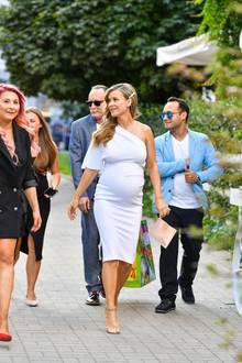 Joana Krupa feiert in Warschau eine spektakuläreBabyshower. Es ist die erste von drei geplanten, Feiern in Chicago und Los Angeles sollen noch folgen. In einem engen weißen Kleid und beigen Riemchen-Heels macht die polnische Schauspielerin auch im fortgeschrittenen Stadium ihrer Schwangerschaft noch eine tolle Figur.