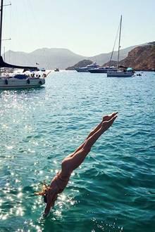Kurz vor dem Eintauchen wurde dieser sommerliche Schnappschuss von Badenixe und Topmodel Candice Swanepoel eingefangen. Na, dann schöne Abkühlung!