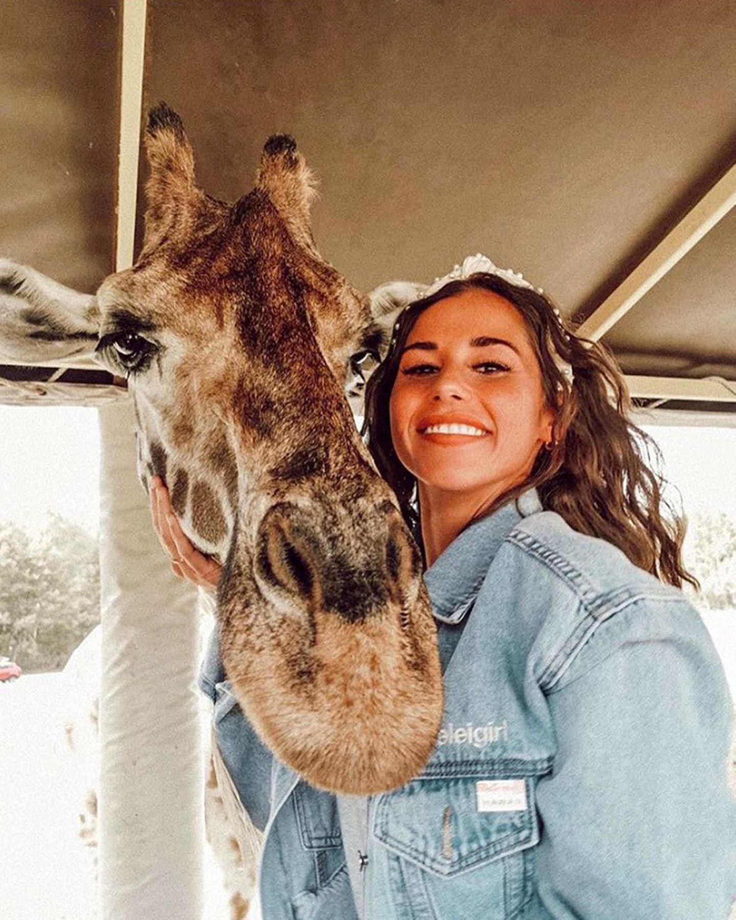 Sarah Lombardi ist mit Sohnemann Alessio an ihrem freien Tag auf Safari gegangen und amüsiert ihre Instagram-Fans mit diesem lustigen Giraffen-Selfie.