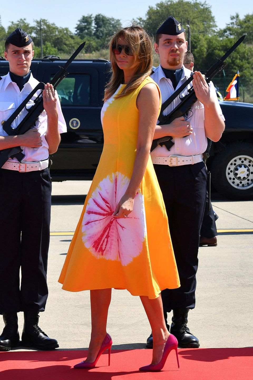 Für ihre Ankunft in Biarritz, wo der diesjährige G7-Gipfel stattfindet,hat sich Melanie Trump einen besonders knalligen Look von Calvin Klein ausgesucht. Ob Gelb und Pink mit passenden High Heels wohl gute Laune verbreiten sollen?