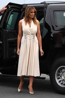 Von vorne bezirzt das an sich schlichte Kleid von Gucci mit einem auffälligen Silberkettchen. Der Stoff fällt fließend.