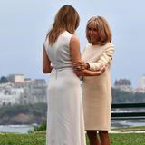 Auch für den Auftakt des G7-Gipfels in Biarritz wählt Brigitte Macron ein Kleid von Louis Vuitton. Lange Ärmel, ein runder Ausschnitt, klare Schnitte - Frankreichs First Lady zeigt sich gewohnt stilsicher und begrüßt Melania Trump, die ebenfalls auf ein cremefarbenes Kleid setzt.