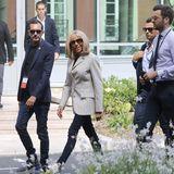 """Kurze Zeit vorher hatte sich die Frau von Emmanuel Macronnoch deutlich sportlicher gezeigt: In einem schicken, gestreiften Blazer, schwarzer Skinny Jeans und mit Turnschuhen von Louis Vuitton checkt sie im """"Hotel du Palais"""" in Biarritz ein."""