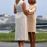 Auch am Tag zuvor hatte die First Lady der USA auf ein helles Dress gesetzt - genau wie Frankreichs First Lady, Brigitte Macron. Als Hingucker kombiniert sie silberne Heels von Louboutin - wieviele Paar Schuhe die Frau von Donald Trump wohl im Gepäck hat?