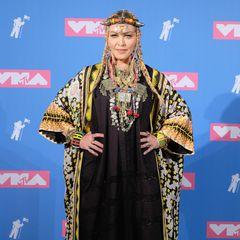 2018  Madonna ist immer gut für schräge Styles. Der aufwändig bestickte Mantel zum schwarzen Kaftan-Kleid mit Wikinger-Haarstyling ist so eine fragwürdige Kombi.