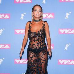 2018  Rita Oras unruhiger, transparenter Look war zwar auffällig, aber trotz Freizügigkeit nicht besonders aufreizend.
