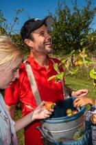 24. August 2019  Prinz Frederik scheint große Freude daran, sich beim Family Experience Club von der Charity-Organisation Red Barnet in Fejø als Apfelpflücker zu betätigen. Bei dem tollen Wetter kann das ja nur Spaß machen.
