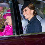 Catherine kommt im gleichen Auto wie Ehemann William, der vorne sitzt. Sie strahlt und winkt den wartenden Fans. Zum hohen Kragen ihres Mantels hat sie ihr Haar elegant zu einem Chignon geknotet und trägt funkelnde Ohrringe von Asprey.