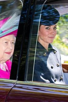Herzogin Catherine besucht gemeinsam mit Queen Elizabeth und einem Großteil der Royal Family den Sonntagsgottesdienst in der Nähe von Schloss Balmoral. Während die Queen auf ein knalliges Pink setzt, trägt Kate einen dunklen Mantel mit passender Kopfbedeckung.