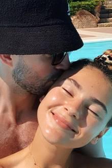 Knutschattacke: Stefanie Giesinger wird nicht nur von der Sonne geküsst, sondern auch von ihrem Liebsten Marcus Butler. Die beiden Turteltauben genießen gerade ihre freie Zeit am Pool.
