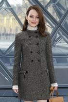Emma Stone: Emma Stone im grauen Tweed-mantel