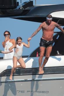 25. August 2019  Die Beckhams sind zu Gast bei Elton John und Ehemann David Furnish. Gemeinsam verbringen die Familien mit ihren Kindern einen ausgelassenen Urlaubstag auf Johns Jacht an der Côte d'Azur.Während David Beckham mit den Kids waghalsig ins kühle Nass springt, hält Mama Victoria den Spaß fürs Familienalbum fest.