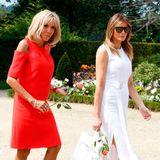 Auch ihr nächstes Accessoire - eine rote Rose -ist farblich wie gemacht für den Look der First Lady Frankreichs. An den Füßen trägt die hübsche Blondine ein Design ihres Lieblings-Designerlabels Louis Vuitton.