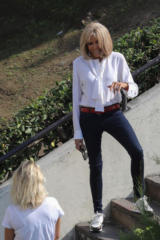 Wenige Stunden später zeigt sich Brigitte Macron von ihrer sportlichen Seite in einer weißen Schluppenbluse, einer schmal geschnittenen Jeans und Sportschuhen, bevor sie dann erneut ein Outfit-Wechsel vollzieht ...