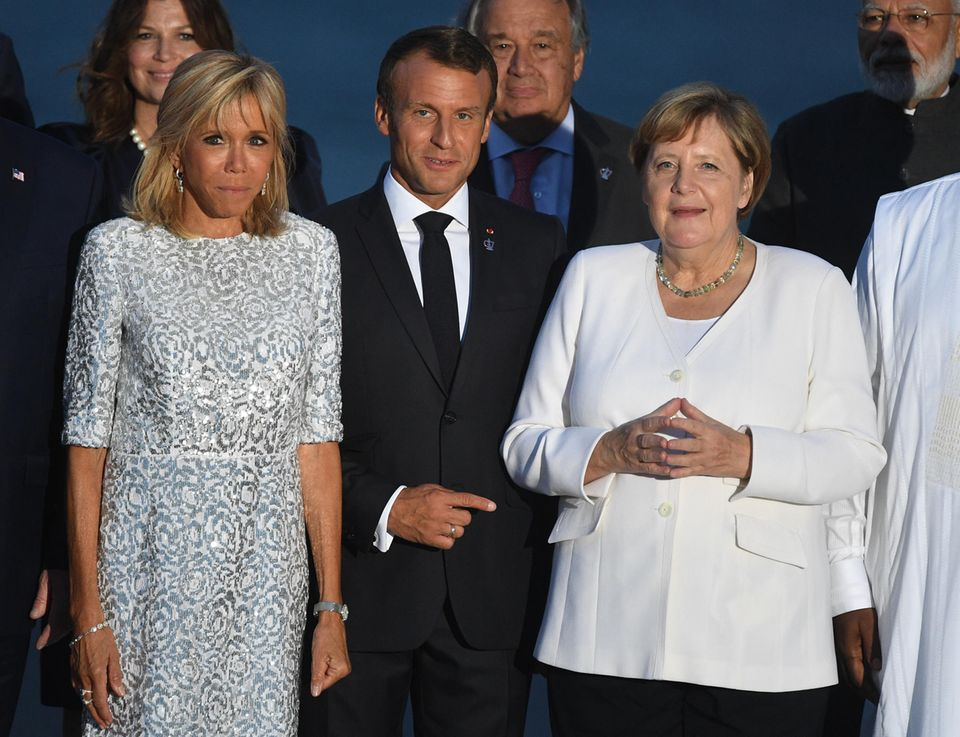 ... und sich am Abend in einer blau-weiß-gemusterten Robe neben unserer deutschen Bundeskanzlerin Angela Merkel präsentiert. Die Haare trägt die 66-Jährige ganz elegant und stilvoll halb zurück gesteckt.