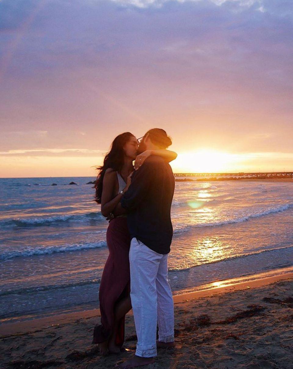 """25. August 2019  Mit dem Wort """"LOVE"""" kommentiert Rebecca Mir das wunderschöne Bild von ihr undEhemann Massimo Sinató auf Instagram. Mehr braucht man diesem romantischen Moment wohl kaum hinzuzufügen."""