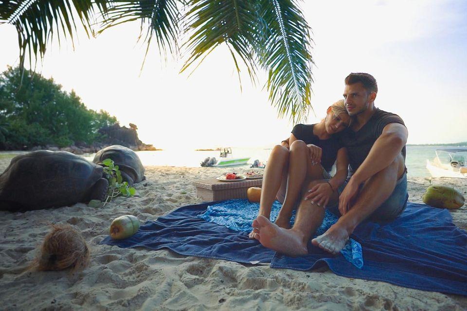 """""""Die Bachelorette"""" Gerda Lewis und Tim ab Morgen nach der zweiten gemeinsamen Nacht. Glücklich sieht anders aus."""