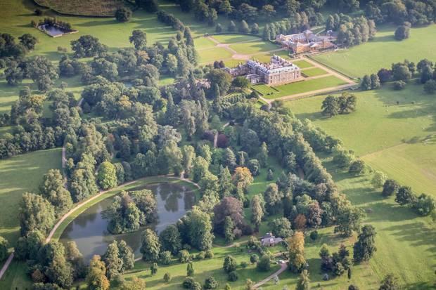 Luftbildaufnahme von Althorp im britischen Northamptonshire. Diana liegt auf der Insel begraben.