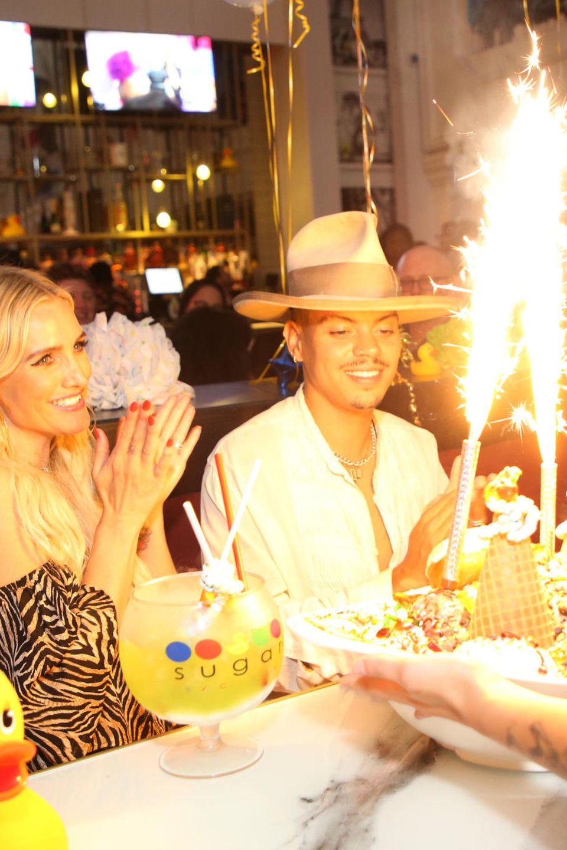 """26. August 2019  Evan Ross feiert seinen Geburtstag in der """"5th & Sky Rooftop Gardens & Lounge"""". Zur Feier des Tages wird dem Schauspieler ein riesiges Eis mit Feuerwerk serviert. Da staunt auch seine Frau Ashlee Simpson nicht schlecht."""
