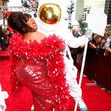 Sängerin Lizzo hebt MTVs berühmten Moon Man in die Lüfte.