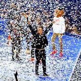 Wie Sie sehen, sehen Sie nichts: Der Moderator der diesjährigen VMAs,Sebastian Maniscalco, verschwindet im Konfettimeer.