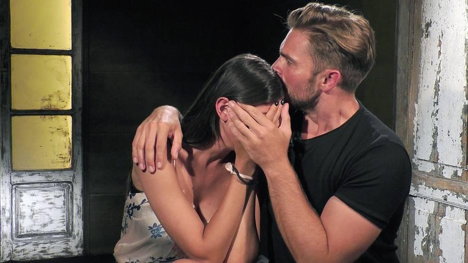 Yeliz Koc ist enttäuscht von Willi Herren und fängt an zu weinen. Johannes Haller tröstet sie.