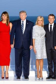 Melania Trump: Lady in Red: Melania Trump glänzt bei einer Abendveranstaltung im Rahmen des G7-Gipfels in einem roten Kleid von Alexander McQueen (ca. 2.134 Euro). Das Modell überzeugt mit einer aufwendigen, seitlichen Drapierung.