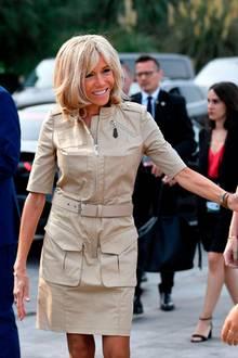 Für Frankreichs First Lady ist der G7-Gipfel in Biarritz ein wahrer Mode-Gipfel. Im Alter von 66 Jahren sticht sie die anderen First Ladysin Puncto Stil ganz klar aus. Am dritten Tag des G7-Gipfels glänzt Brigitte Macron in einem sportlich-eleganten Kleid von Louis Vuitton. Hingucker sind jedoch ihre Schuhe ...