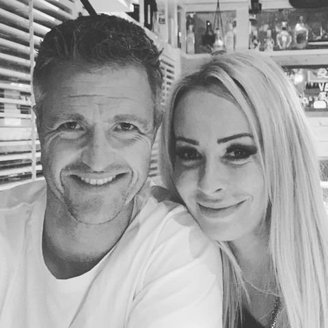 Ralf und Cora Schumacher lachen für ein Instagram-Selfie in die Kamera.