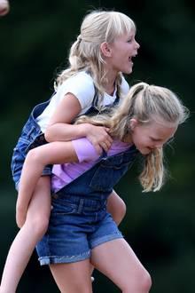 Die älteren Cousinen Savannah Phillips und Isla Phillips spielen gerne mit Prinz George und Prinzessin Charlotte.