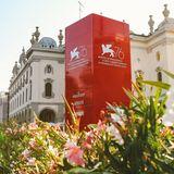 Die letzten Vorbereitungen für die 76. Filmfestspiele von Venedig sind im vollen Gange. Bis zum 7. September 2019 werden wieder jede Menge Stars an den Lido reisen und sich auf dem roten Teppich präsentieren.