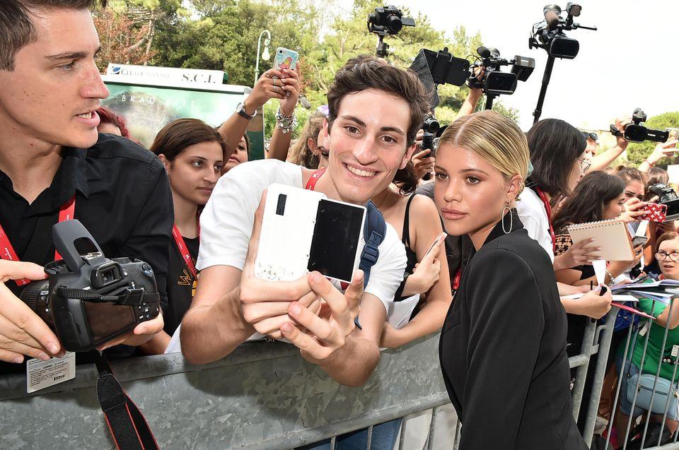 Bei ihrer Ankunft nimmt sich Sofia Richie Zeit für die Fans und knipst mit ihnen fleißig Selfies.