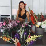 Stefanie Giesinger wird an ihrem 23. Geburtstag mit vielen Blumen bedacht. Bei Instagram postet sie daher ganz gerührt diesen Schnappschuss aus dem Blumenmeer.