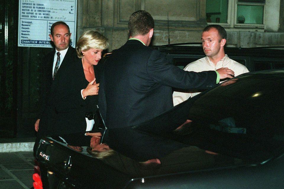 Prinzessin Diana steigt in den Todeswagen.