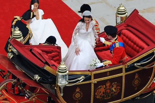 In dem Moment, in dem Kate in die Hochzeitskutsche steigt, beginnen Schneider und Marken auf der ganzen Welt, ihr Brautkleid zu kopieren.