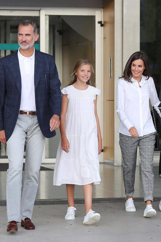 König Felipe, Königin Letizia und ihre Töchter Prinzessin Sofia und Prinzessin Leonor verlassen am 27. August 2019das Krankenhaus, in dem sich Ex-König Juan Carlos einer Herz-OP unterzogen hatte.