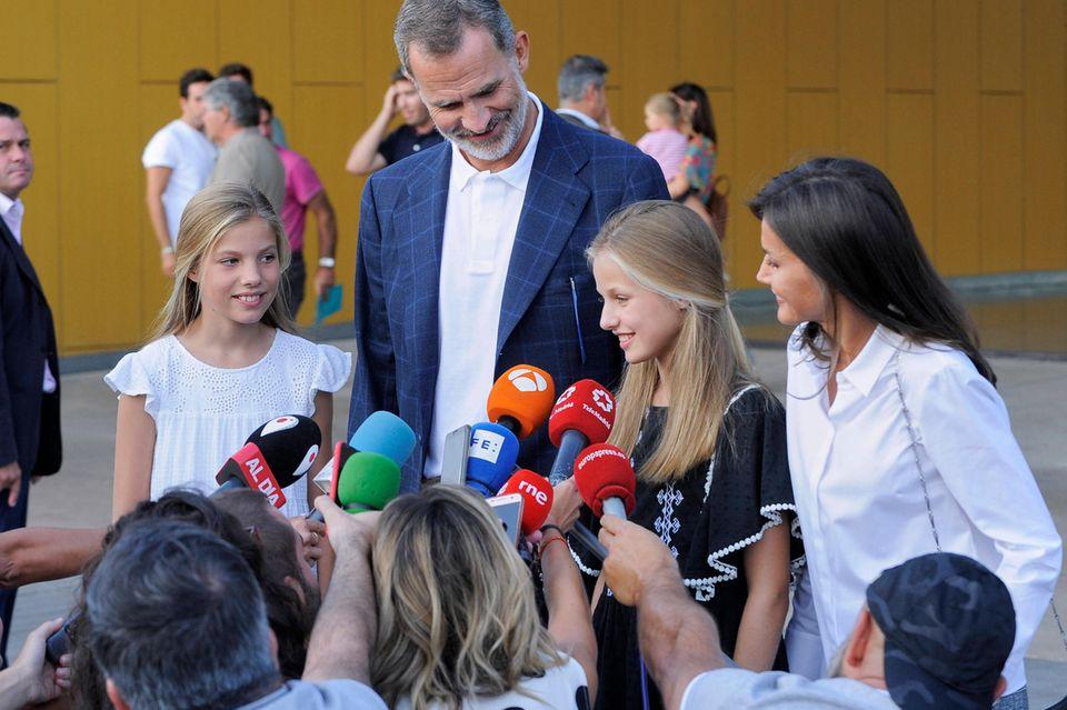 Prinzessin Leonor (2.v.r.) spricht mit Reportern. Papa König Felipe, Mama Königin Letizia und Schwester Prinzessin Sofia lauschen gespannt.