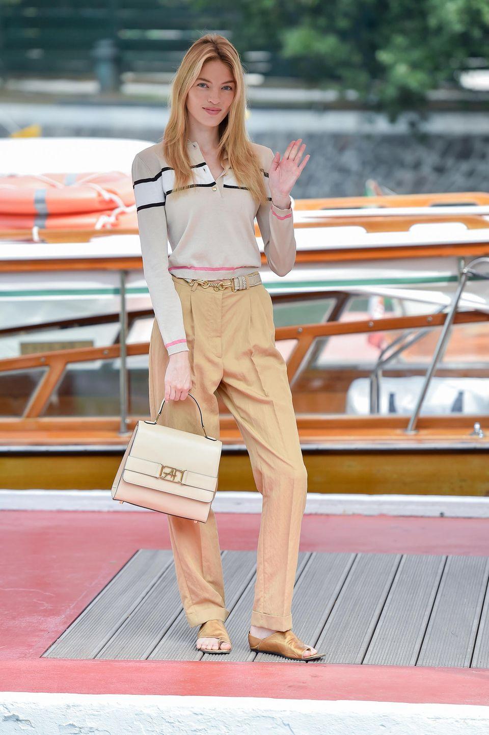 Bevor es für Martha Hunt auf den Red-Carpet geht, zeigt sich das hübsche Model in einer legeren Kombination aus Langarmshirt und einer Karotten-Hose mit hohem Bund.